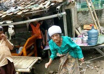 Seorang lanjut usia yang selama ini tinggal di Rutilahu. Foto: Dara.co.id/Teguh