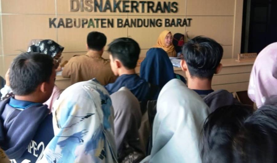 Para pencari kerja menyerbu Job Fair AKUR 2019 yang digelar Disnakertans KBB di Aula HBD, Jalan Cimareme, Ngamprah, KBB, Jawa Barat, Selasa (10/9/2019). Foto: dara.co.id/Muhammad Zein