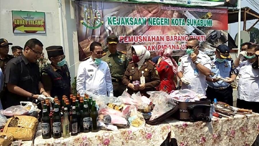 Pemusnahan barang bukti di halaman Kantor Kejari Kota Sukabumi. Foro: dara.co.id/Riri