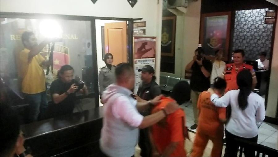 Tiga pelaku inses dan pembunuhan bocah 5 tahun dalam reka adegan (rekontruksi) di kantor Polres Sukabumi Kota. Foto-foto: dara.co.id/Riri