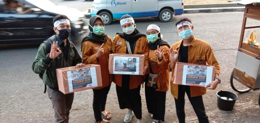 Mahasiswa Uniga saat menggalang dana bagi warga terdampak kabut asap. Foto: dara.co.id/Beni