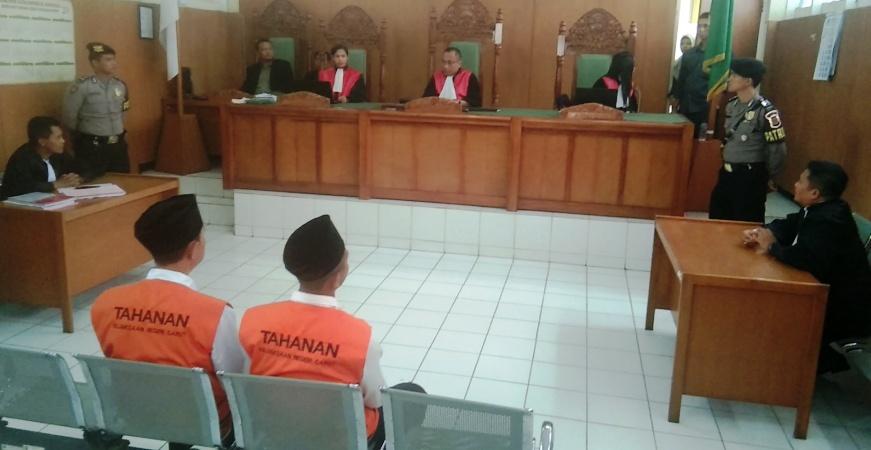 Dua terdakwa pembunuh sopir taksi online menjalani sidang vonis di Pengadilan Negeri Garut, Senin (14/10/2019). Foto: dara.co.id/Beni