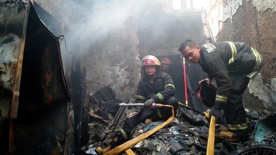 Petugas pemadam kebakaran memastikan api benar-benar padam. Foto: dara.co.id/Sopandi