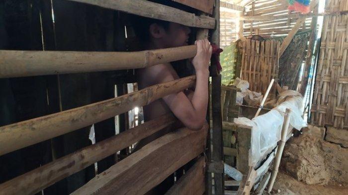 oh. Efendi (20) dikurung di dalam bekas kandang ayam (Foto: kompas)
