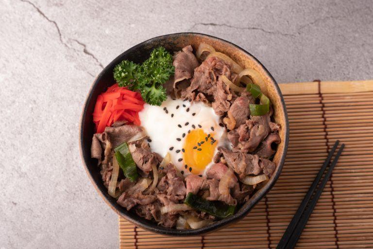 Lezatnya gyudon menjadi bagian daftar menu makanan untuk jamu tamu di rumah. (Foto: Shutterstock)