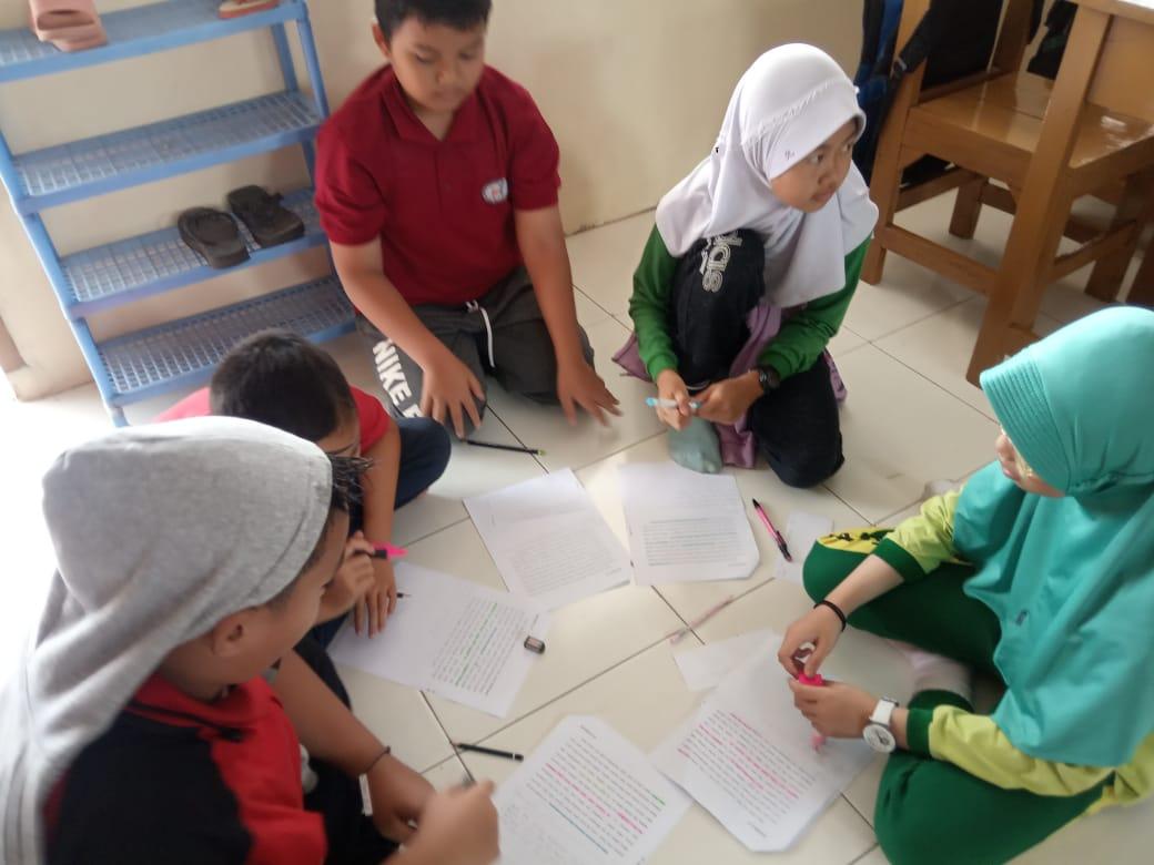 Toriq Nur Aziz Baihaqi (berbaju merah) berkumpul bersama temannya membaca buku (Foto: dela/dinda)