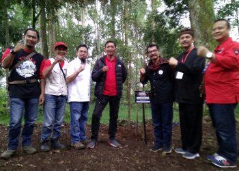 Sejumlah kader  dan pengurus DPD PDIP Jabar berfoto bersama usai acara penanaman bibit pohon di Pusat Penelitian Teh dan Kina (PPTK) Gambung, Kecamatan Pasirjambu, Kabupaten Bandung, Minggu (2/2/2020). Foto: fattah/dara.co.id