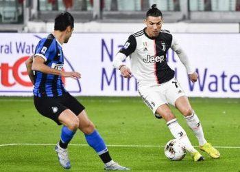 Pemain Juventus, Christian Ronaldo menggiring bola berusaha melewati seorang pemain Inter Milan. (Foto: AP Photo)
