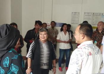 Ribka Tjiptaning, Anggota DPR dari Fraksi PDI Perjuangan saat mengunjungi RS Syamsudin Sukabumi (Foto: Riri/dara.co.id)