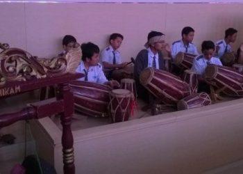 Kegigihan SMP Darul Hikam dalam melestarikan budaya Rampak Kendang perlu diacungi jempol dan ditiru oleh sekolah-sekolah lain agar budaya tradisional Indonesia tetap diminati oleh anak-anak muda. (Foto : infobudaya.net)