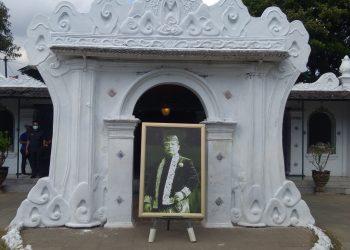 Almarhum Sultan Sepuh ke-XIV Keraton Kasepuhan Cirebon PRA Arief Natadiningrat di depan Bangsal Dalem Arum. (Foto: Yohanes Charles/dara.co.id)