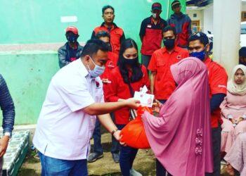 DPC PDI-Perjungan Kabupaten Garut memberikan bantuan sebanyak 100 sak semen untuk pembangunan Madrasah Ibtidaitayah (MI) Al-Baroqah di Kampung Cimanglid, Desa Padamulya, Kecamatan Pasirwangi, Kabupaten Garut, Jumat (9/10/2020). (Foto: Andre/dara.co.id)