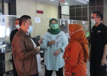 Kadisdukcapil Provinsi Jawa Barat, Dady Iskandar, didampingi Sekretaris Disdukcapil Jawa Barat, Indrastuti Chandra Dewi, lakukan Sidak ke Kantor Disdukcapil Kabupaten Garut, Jalan Patriot, Sabtu (31/10/2020). (Foto : andre/dara.co.id)