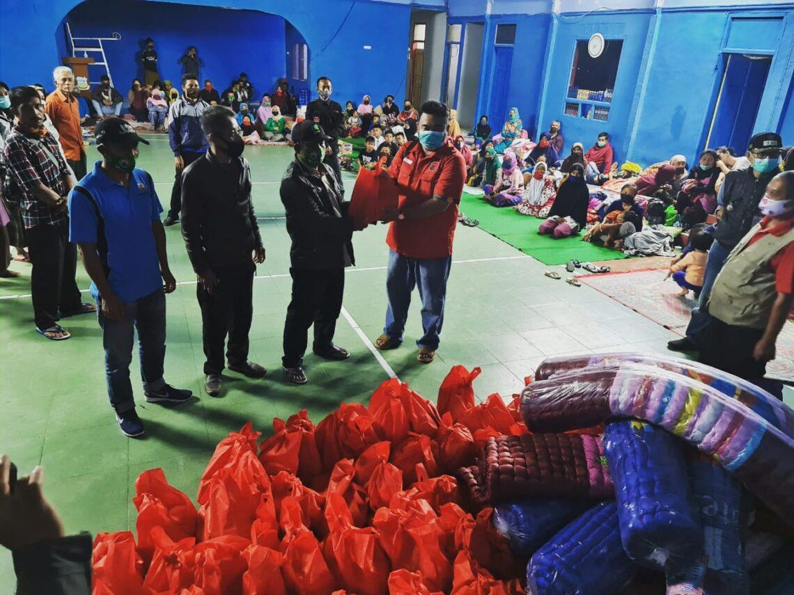 DPC PDI Perjuangan Kabupaten Garut menyalurkan bantuan dari Anggota DPR RI , Dony Maryadi Oekon dan Anggota DPRD Provinsi, Memo Hermawan kepada pengungsi longsor Cisewu (Foto: Andre/dara.co.id)