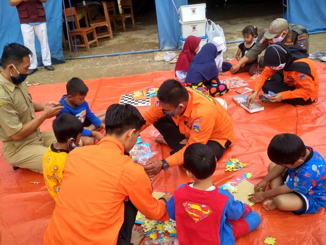 Petugas BPBD Kabupaten Garut memberikan trauma healing kepada sejumlah anak-anak di lokasi pengungsian (Foto: Andre/dara.co.id)
