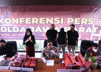 Kepala Bidang Humas Polda Jabar Kombes Erdi A Chaniago memberikan keterangan Pers kasus penggerebekan pembuatan perpat karet di Mapolda Jabar, Jalan Soekarno-Hatta, Bandung, Jawa Barat, Kamis (25/2/2021). (Foto : ist)