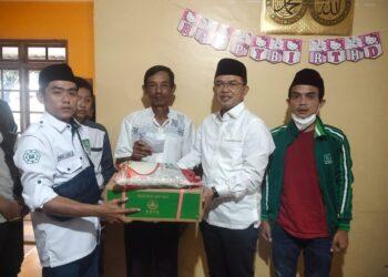 Anggota DPR RI Fraksi PKB Kyai Maman Imanulhaq didampingi Ketua DPC PKB Subang Zaenal Muttaqin mengunjungi rumah duka keluarga Ustad Jejen, korban kecelakaan maut Sumedang, Jumat (12/3/2021).(Foto : yohanes/dara.co.id)
