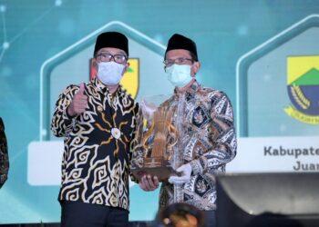 Pemkab Garut meraih Juara 1 dalam kategori Kabupaten Terbaik serta menerima Penghargaan Perencanaan Daerah (PPD) dalam Musyawarah Perencanaan Pembangunan (Musrenbang) tingkat Provinsi Jawa Barat yang digelar di Ballroom Trans Luxury Hotel, Bandung (Foto: Istimewa)