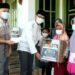 Wakil Bupati Subang Agus Masykur Rosyadi menyerahkan bantuan kepada anak yatim di Rumah Yatim Mandiri Jl. MT. Haryono No. 14 Cigadung Subang, Sabtu (24/4/2021).(Foto : yudi/dara.co.id)