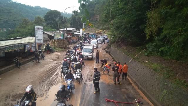 Sementara itu, sejumlah masyarakat mengeluhkan adanya lumpur yang memenuhi Jalan Sungapan Desa Sadu Kecamatan Soreang, yang diduga akibat dari adanya aktivitas Galian C.