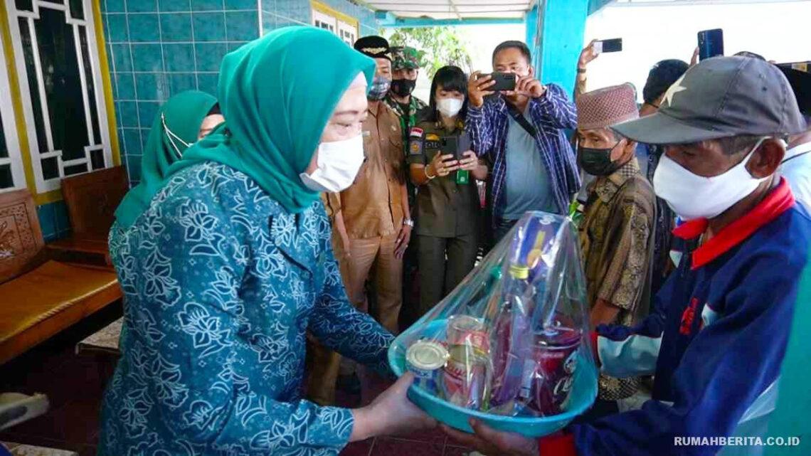 Serahkan bantuan sebagai bukti kepedulian TP PKK OKI terhadap korban kebakaran di SP Padang (Foto: Istimewa)