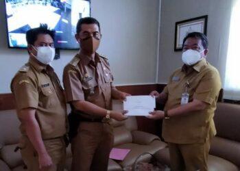 Penyerahan SK Pemberhentian sementara untuk Kuwu Eni (Foto: Istimewa)