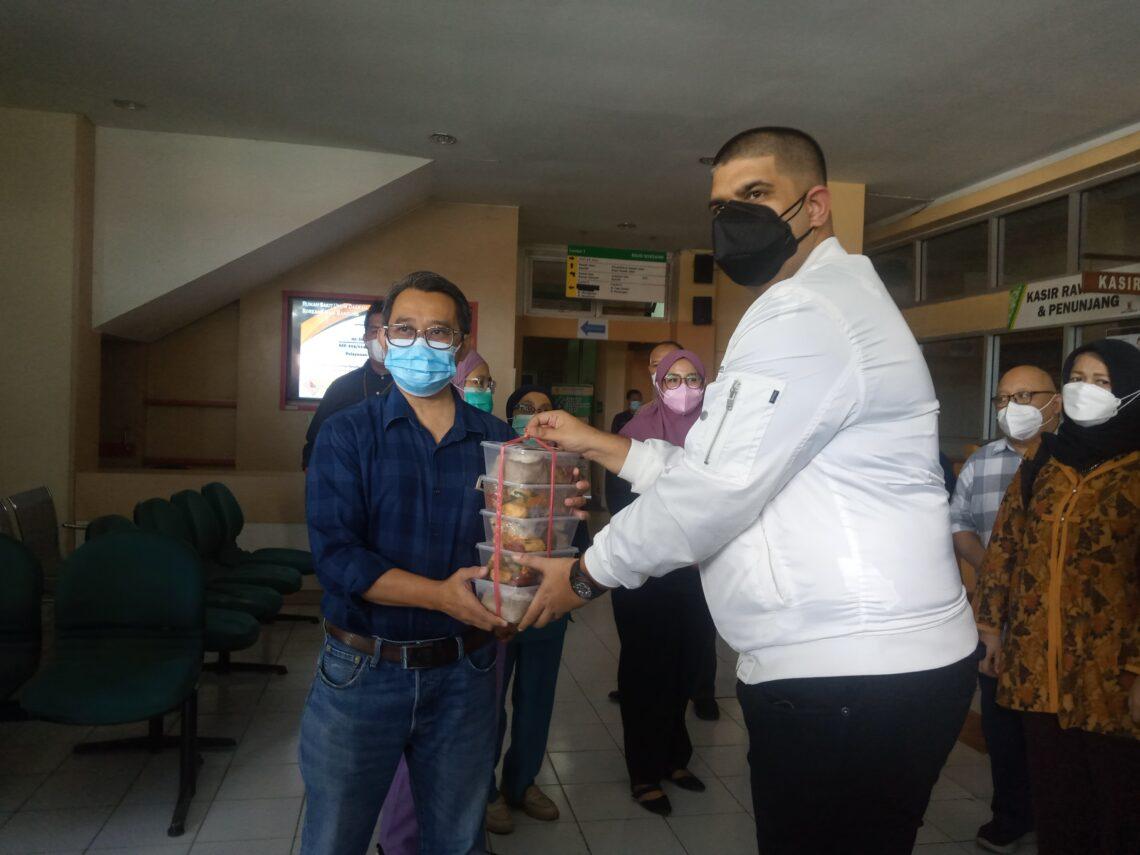 Ketua Dewan Pertimbangan Partai Nasdem DPW Jabar, Rajiv memberikan bantuan makanan siap saji kepada para tenaga kesehatan RSUD Soreang, Minggu (1/8/2021). Bantuan diterima Plt Direktur RSUD Soreang, dr. Irvan Agusta. (Foto: verawati/dara.co.id)