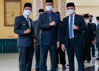 Bupati Bandung, Dadang Supriatna foto bareng dengan Wakil Bupati Sahrul Gunawan mengapit Sekda baru DR Cakra Amiyana (Foto: Humas Pemkab Bandung)