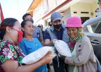 Wakil Bupati Bandung Sahrul Gunawan saat membagikan beras kepada emak-emak.(Foto: Dok/dara.co.id)