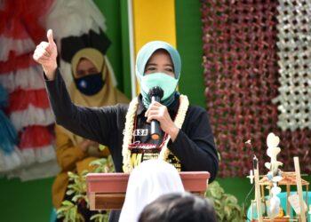 Wali Kota Banjar Ade Uu Sukaesih saat memberikan pengarahan didepan siswa SMPN 8 kota Banjar. (foto: bayu/dara.co.id)