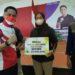 Pelaksana tugas (Plt) Bupati Bandung Barat Hengki Kurniawan secara simbolis memberikan bonus pada atlet dayung peraih medali, Kamis (9/9/2021). (Foto: heny/dara.co.id)