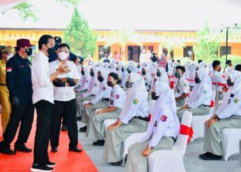 Presiden Joko Widodo meninjau kegiatan vaksinasi bagi pelajar yang digelar di SMKN 1 Beringin, Kabupaten Deli Serdang, Kamis (16/09/2021) (Foto: BPMI Setpres/Laily Rachev)