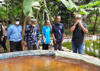 Anggota DPR RI Agun Gunandjar Sudarsa, saat mengunjungi kolam budidaya ikan air tawar, di desa Kujangsarin kota Banjar. (Foto:Bayu/dara.co.id).