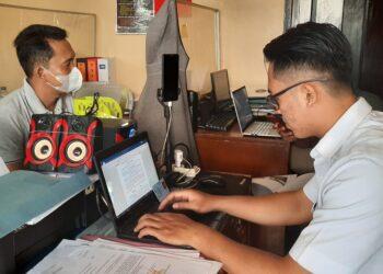 Ketua APDESI kota Banjar Yayat Ruhiyat, saat membuat laporan di Mapolresta Banjar. (Foto:Bayu/dara.co.id)