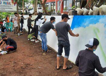 Peserta lomba kreasi mural dalam rangka peringatan Hari Dharma Karyadhika 2021, di lapas Banjar. (Foto: Bayu/dara.co.id)