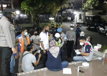 Kapolres Banjar AKBP Ardiyaningsih saat mengawasi jalannya tes swab yang dilakukan tim dari Satgas Covid-19 kota Banjar. (Foto:Bayu/dara.co.id)
