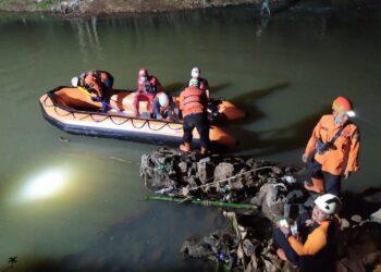 Tim BPBD dan Tagana Ciamis, TNI dan Polri serta masyarakat berjibaku mencari korban tenggelam di Sungai Cileueur, Cijeunjing Ciamis, Jumat (15/10/2021)