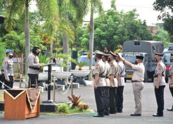 Kapolres Banjar AKBP Ardiyaningsih, memimpin upacara serah terima jabatan (sertijab) yang digelar di halaman Mapolres Banjar, Senin (18/10/2021).(Foto: bayu/dara.co.id)