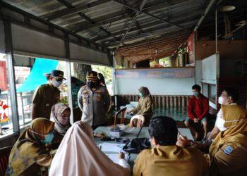 Kapolres saat mengawasi jalannya tes swab di rest area Banjar Atas. (Foto: Istimewa)