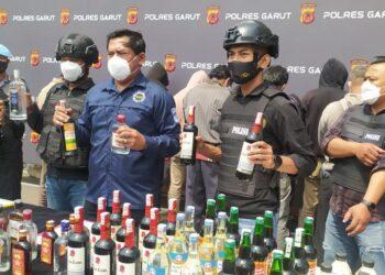 Kasat Narkoba Polres Garut, AKP Maolana, menunjukan barang bukti saat menggelar konferensi pers di Mapolres Garut, Jalan Sudirman, Kecamatan Karangpawitan, Kabupaten Garut (Foto: Istimewa)