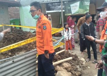 Petugas memasangi garis polisi di lokasi kejadian, Kampung Pedes Nunggal, Desa Pakuwon, Kecamatan Cisurupan, Kabupaten Garut, Rabu (13/10/2021).(Foto: andre/dara.co.id)