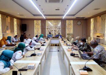Komisi V DPRD Provinsi Jawa Barat, menerima audiensi dari Guru dan Tenaga Kependidikan Honorer Non Kategori (GTKHNK 35+) Provinsi Jawa Barat, audiensi terkait permasalahan Guru dan Tenaga Kependidikan Honorer Non Kategori 35 Tahun keatas, tentang regulasi PPPK dan evaluasi hasil pengumuman hasil tes PPPK guru tahun 2021. (Humas DPRD Jabar/ Rizky Ramdhani)