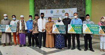 Wali Kota Ade Uu Sukaesih berfoto bersama dengan tamu undangan saat melakukan penyaluran bantuan ZIS, di Komplek Pusdai Kota Banjar, Senin (18/10/2021). (Foto:Bayu/dara.co.id).