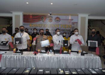 Direktorat Reserse Kriminal Khusus Kepolisian Daerah Jawa Barat meenggelar perkara mbongkar sindikat pinjaman online ilegal, di Markas Polda Jabar, Kamis (21/10/2021). Dalam kasus ini, kepolisian menetapkan delapan orang tersangka. (Foto: avila/dara.co.id)