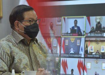 Seskab Pramono Anung menghadiri Ratas mengenai Evaluasi PPKM yang dipimpin oleh Presiden Jokowi melalui konferensi video, Senin (18/10/2021) siang. (Foto: Humas Setkab/Jay)