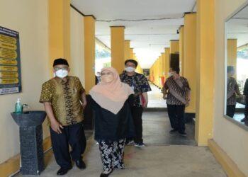 Kunjungan Kerja Komisi V DPRD Jabar ke SMA Negeri Jatinangor Kabupaten Sumedang dalam rangka monitoring realisasi pelaksanaan vaksin serta meninjau kesiapan pelaksanaan pembelajaran tatap muka (PTM) di SMA Negeri Jatinangor. Kamis, (07/10/2021) (dok/hms)
